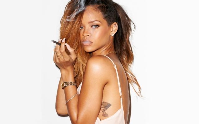 Smoking-Rihanna-Images-2013